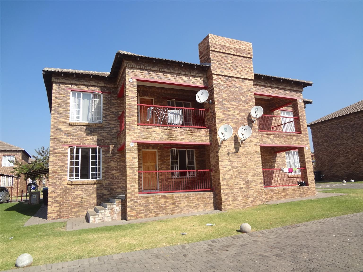 To let: Two bedrooms, one bathroom ground floor stack townhouse. Spacious.