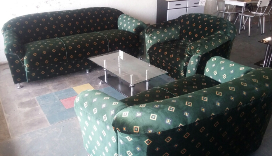 Bargain !!! Brand New 4 Piece Lounge Suite with Chrome Legs