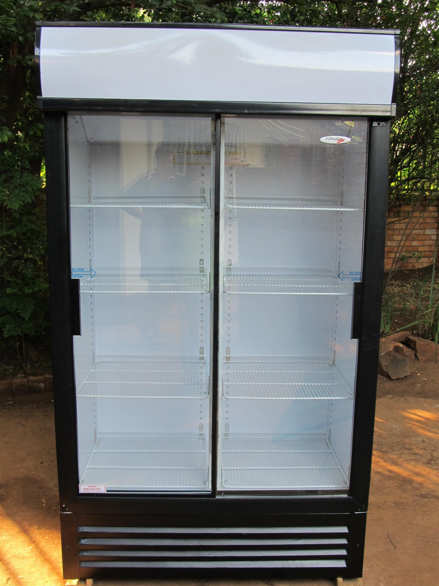 Double sliding door display fridge 750L