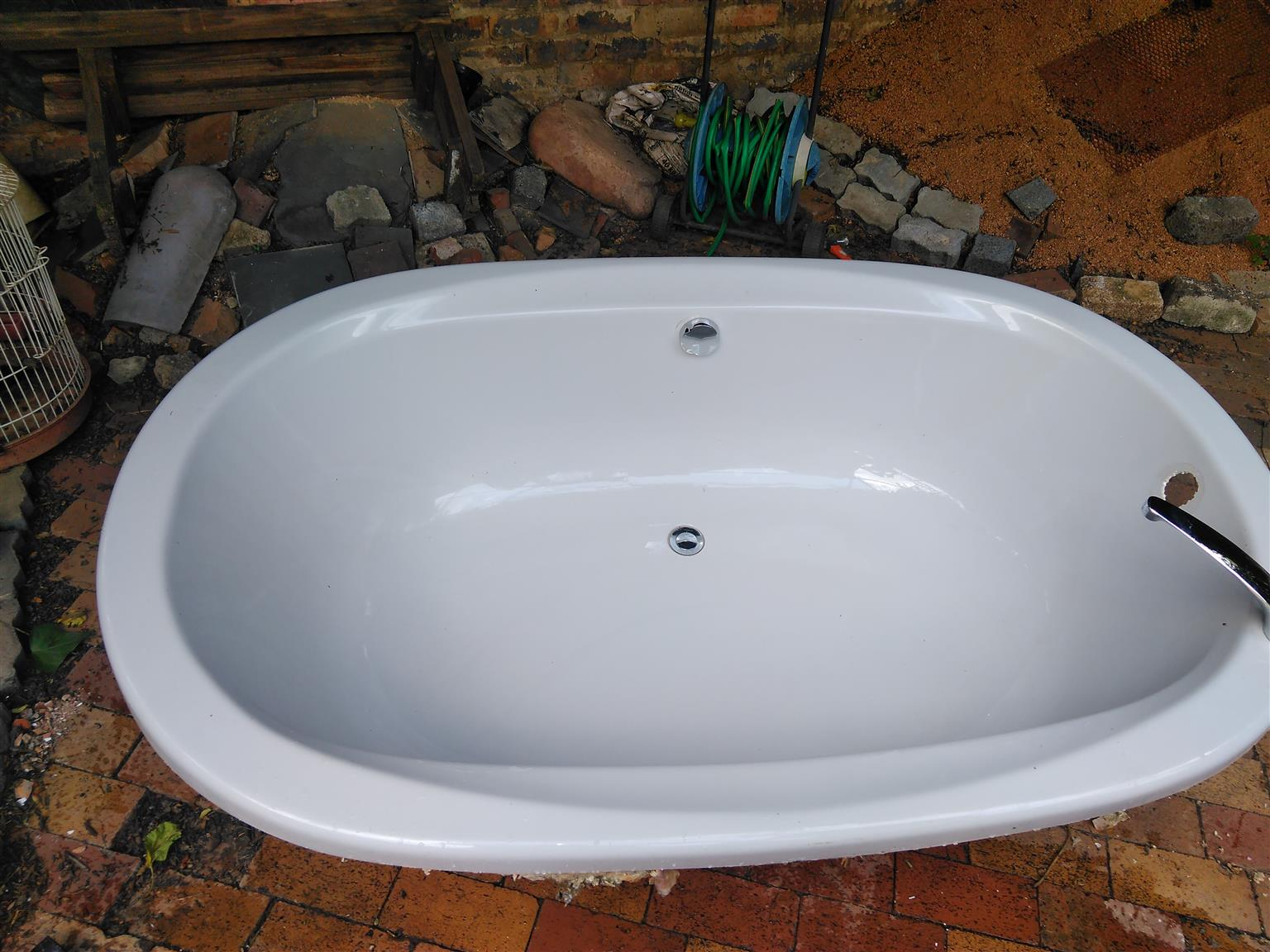Secondhand bathtub and vanity | Junk Mail