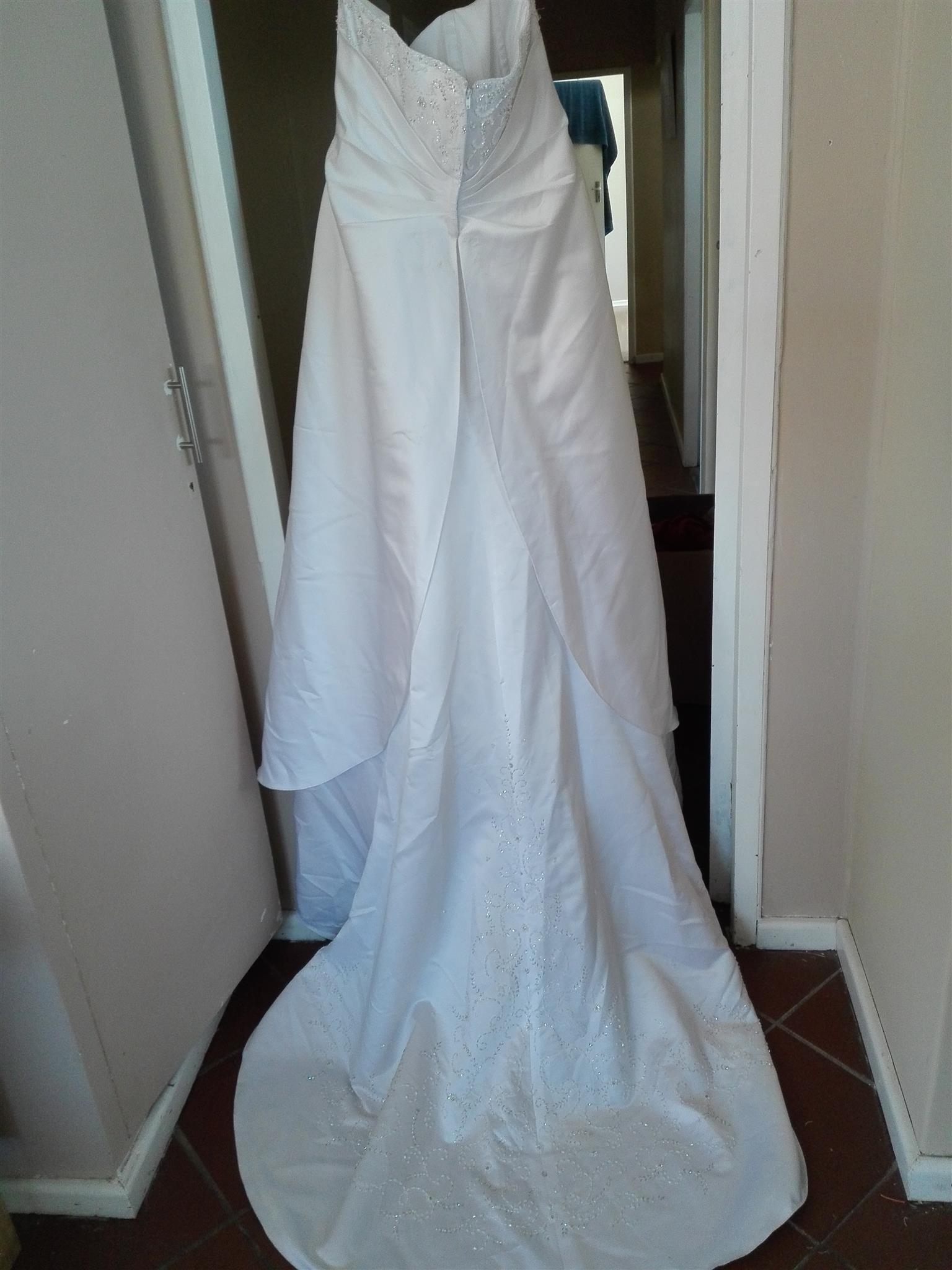 URGENT SALE plus size wedding gown (size 42)   Junk Mail