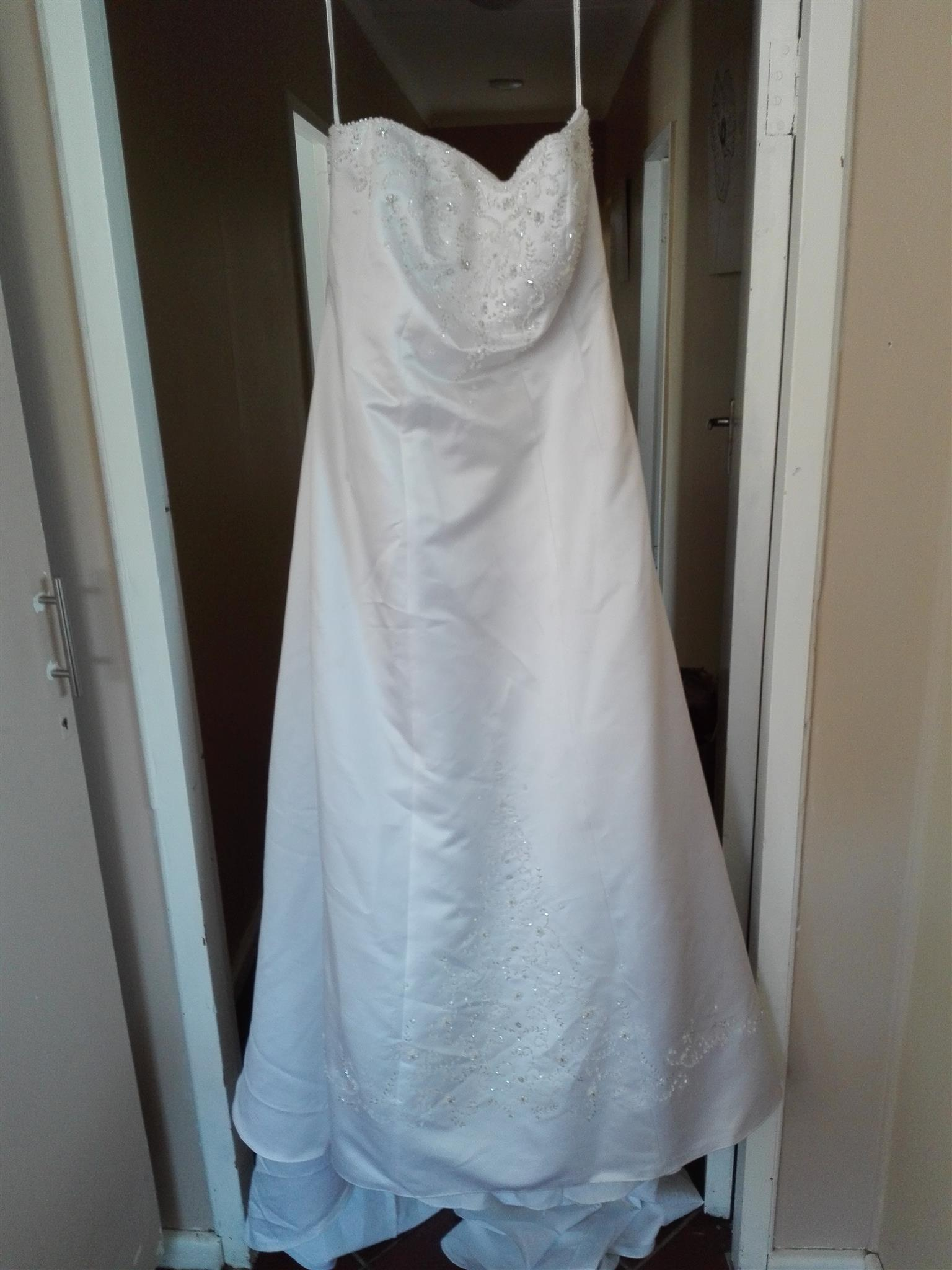 URGENT SALE plus size wedding gown (size 42) | Junk Mail