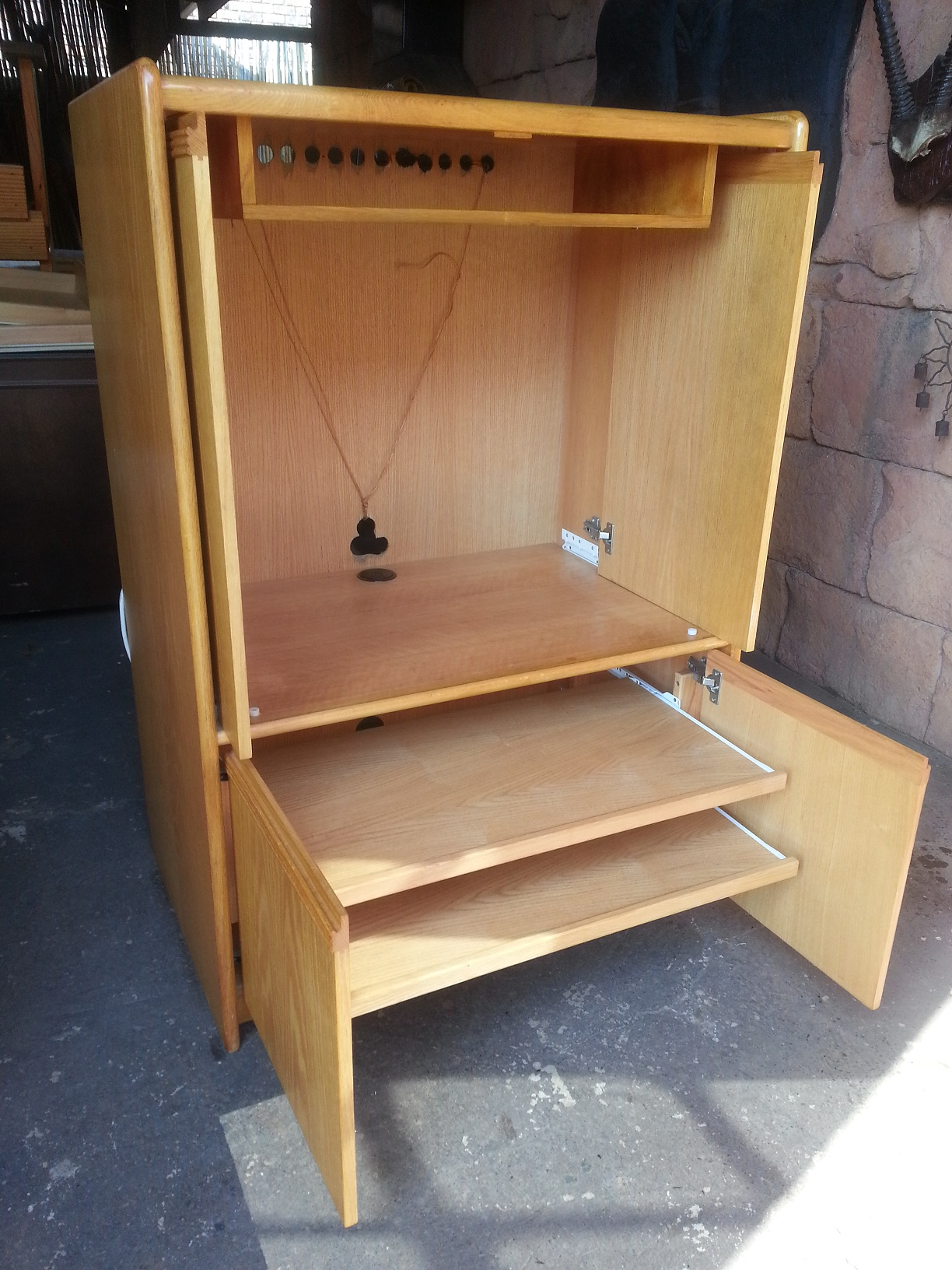 Oak Finish TV Cabinet (900x600x1300)