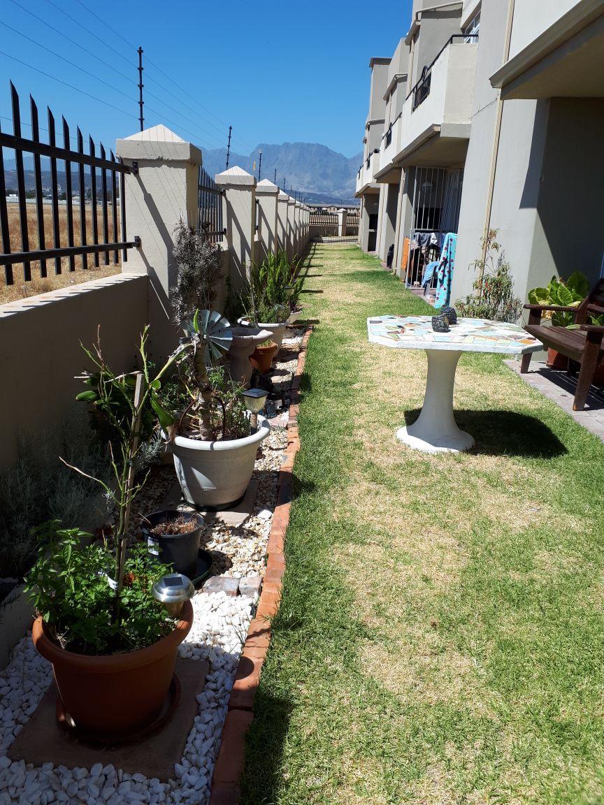 Neat & modern apartment: Whispering Pines: Gordons Bay
