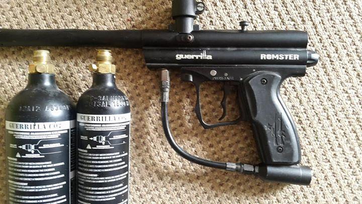 Paintball gun met twee gas cannisters ( leeg ) te koop.