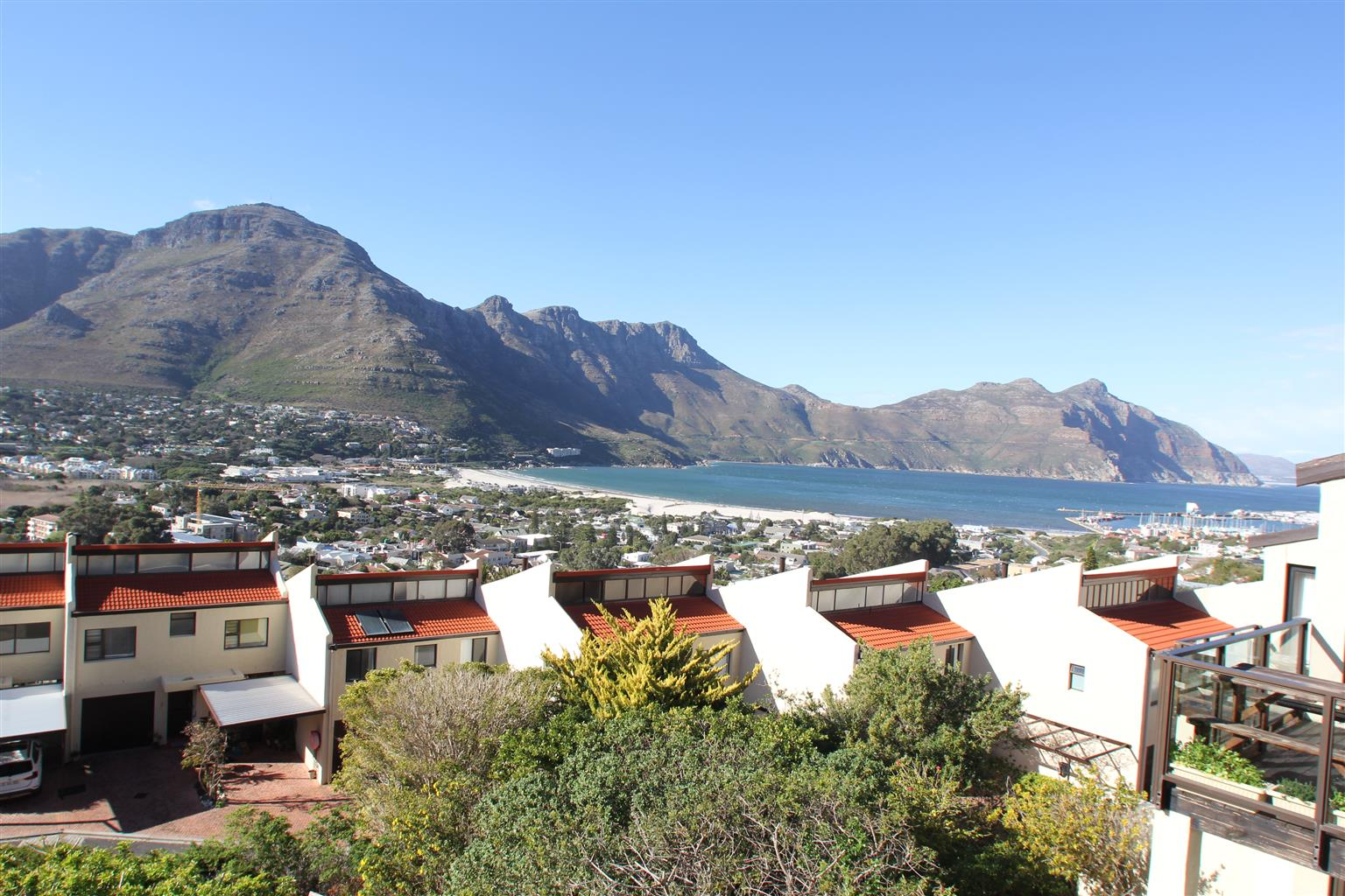 Stunning ocean and mountain views from this spacious and secure 3 bedroomed Hout Bay townhouse.