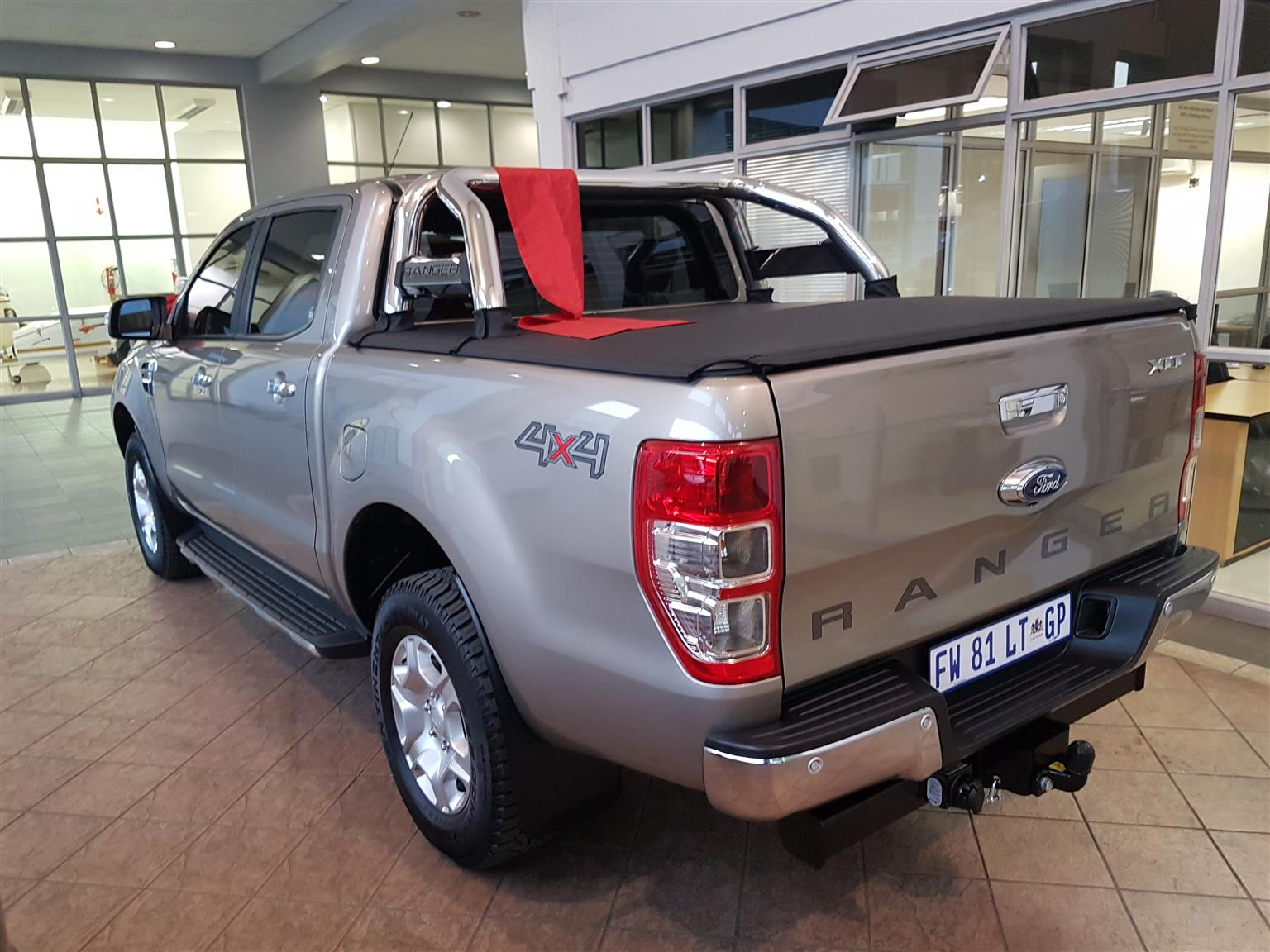 Tonneau cover for sale ford ranger double cab 2017 model with roll bar