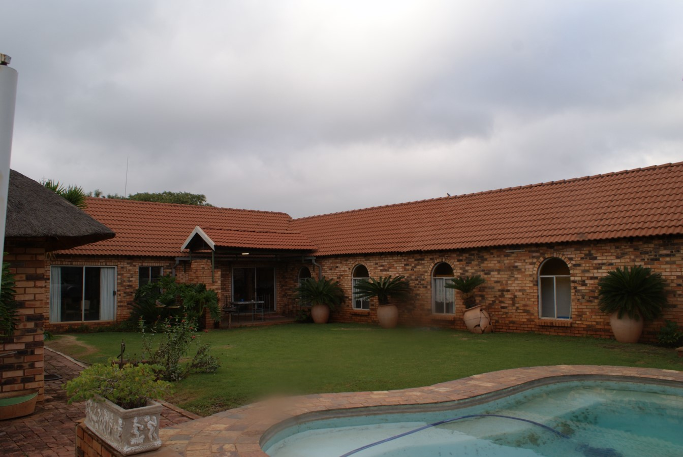 PRICE REDUCED TO SELL. R2,9 ha plot, 4 bedroom house with 275 pomegranate trees