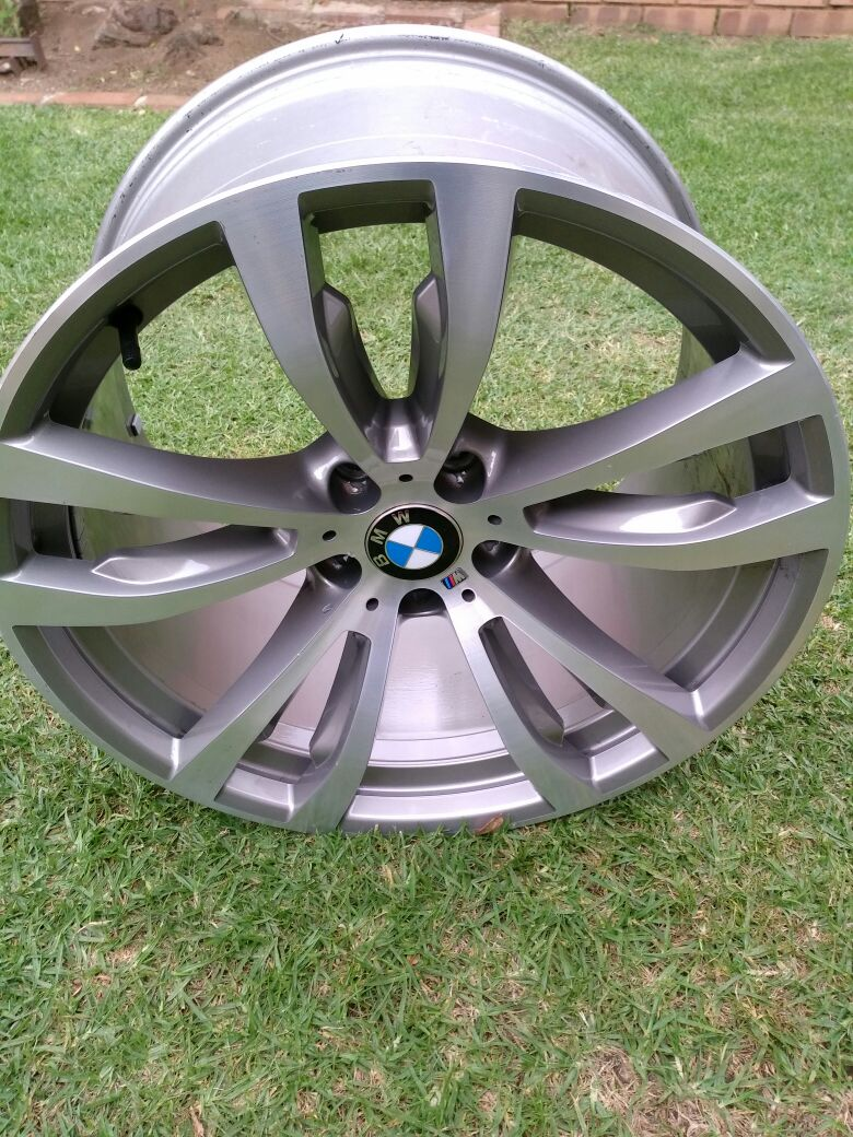 One BMW X5 F15 rear 20 inch 11 j Original Mag no scratches R7500
